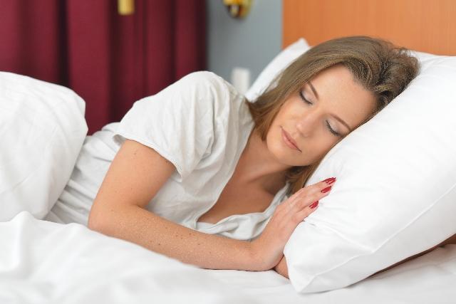 安静に寝る女性